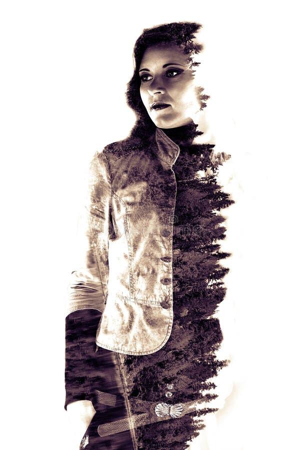 Double exposition de jeune belle fille parmi les feuilles et les arbres Le portrait de la dame attirante a combiné avec la photog illustration libre de droits