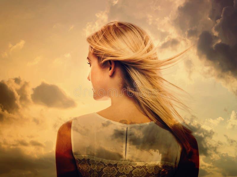 Double exposition de jeune femme et du ciel image libre de droits