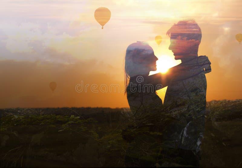 Double exposition de jeunes couples dans l'amour images stock