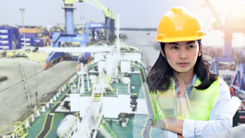 Double exposition de l'ingénierie portant le casque jaune et fonctionnant au chantier de construction au sujet du transport photos libres de droits