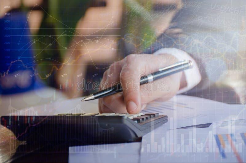 Double exposition de la comptabilité d'entreprise d'analyse d'homme d'affaires photo stock