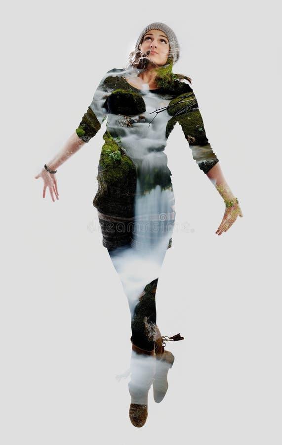 Double exposition de la danse de nature et de jeune femme photographie stock libre de droits