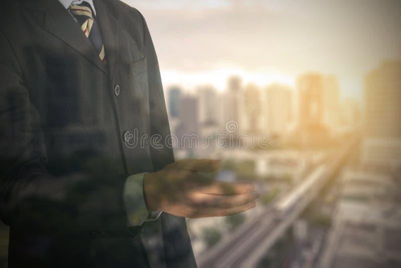 Double exposition de la main ouverte de costume d'homme d'affaires prête pour le handsha photos stock