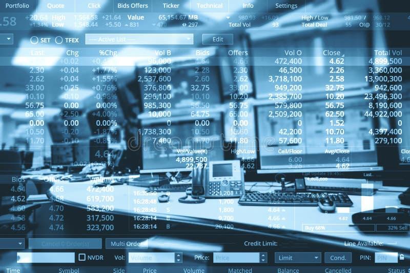 Double exposition de salle de marché d'opérations boursières d'affaires avec l'ordinateur et photographie stock libre de droits