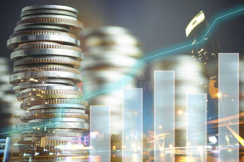 Double exposition de ville et de graphique sur des rangées des pièces de monnaie pour le concept de finances et d'opérations banc photos libres de droits