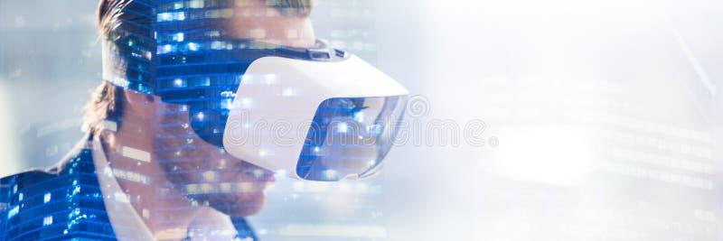 Double exposition des verres de port de vr de l'homme observant la visualisation 3d illustration libre de droits