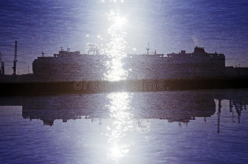 Double exposition reflétée d'un cargo photo stock