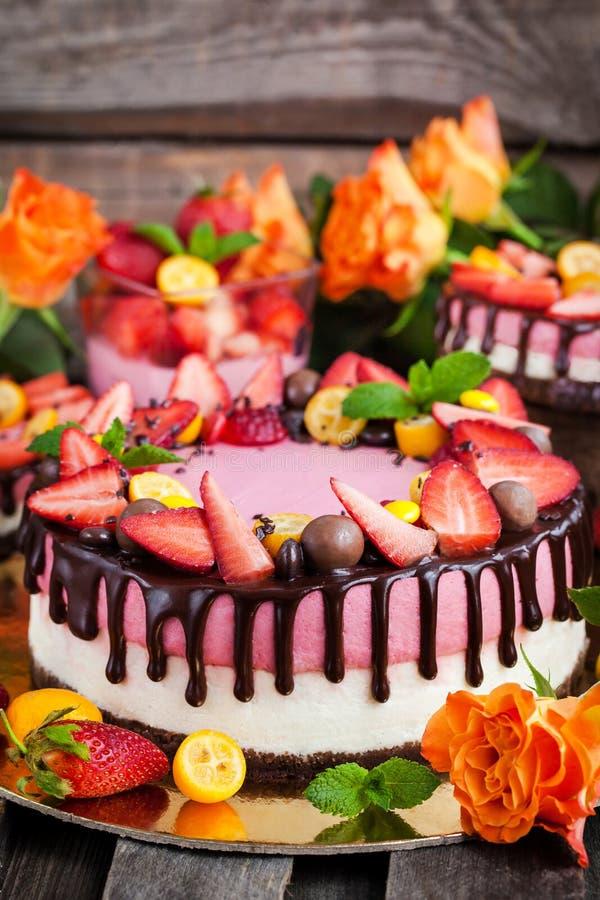Double gâteau au fromage délicieux décoré du chocolat et de s frais photographie stock
