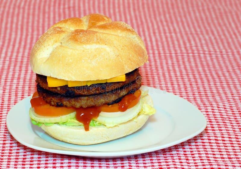 Double hamburger d'une plaque photos libres de droits