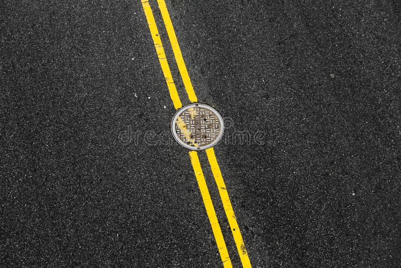 Double ligne continue jaune dans NYC photo stock