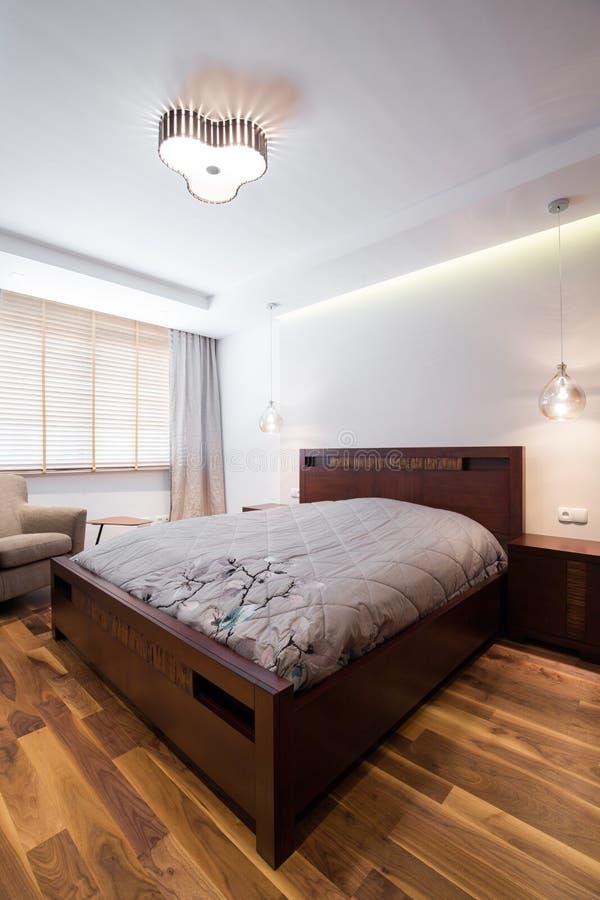 Double lit avec le cadre en bois photographie stock