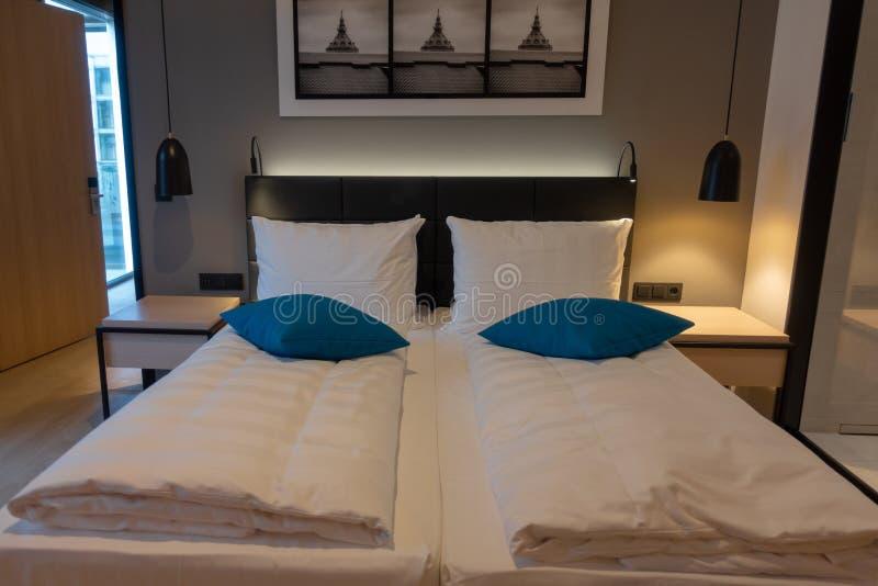 Double lit dans une chambre d'hôtel luxueuse photos libres de droits
