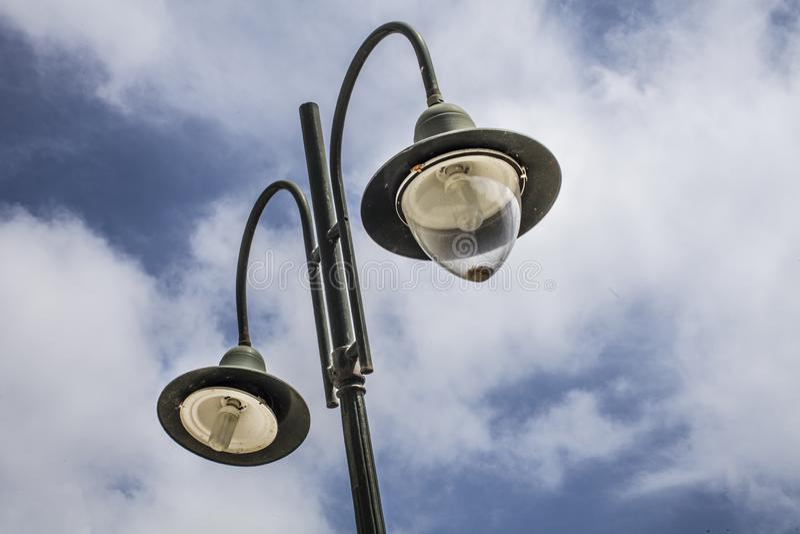 Double montage extérieur de courrier de lampe Réverbère se tenant haut contre le ciel nuageux le jour juste Pendant inversé par d photographie stock libre de droits