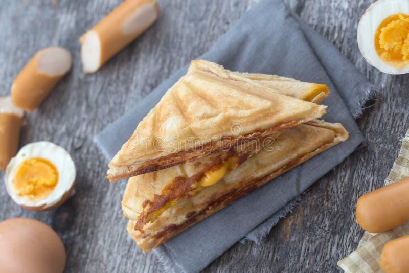 Double panini pressé et grillé avec du jambon et le fromage images libres de droits