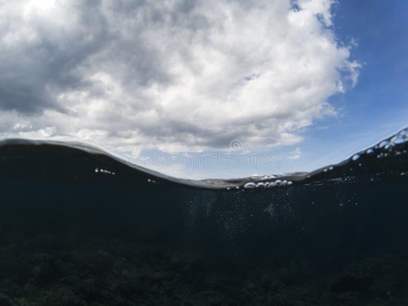 Double paysage avec l'eau de mer et le ciel bleu nuageux Photo tropicale de bord de la mer photos stock