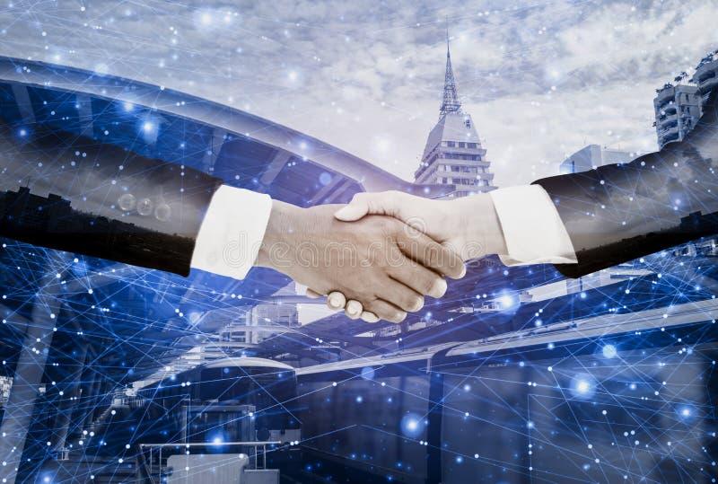 Double poignée de main d'exposition-homme d'affaires avec l'affaire de femme d'affaires et accepter de négocier la mission complè photos libres de droits