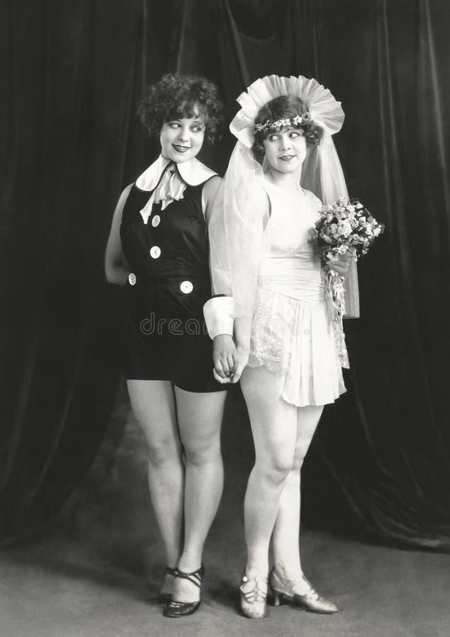 Double positionnement nuptiale sur les roses blanches photos stock
