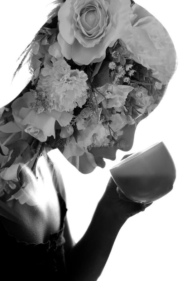 Double potable de thé de jeune femme exposured avec le bouquet photo libre de droits