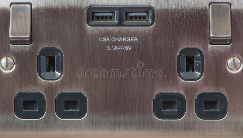 Double prise BRITANNIQUE avec le chargeur d'USB Fermez-vous vers le haut de la vue images libres de droits