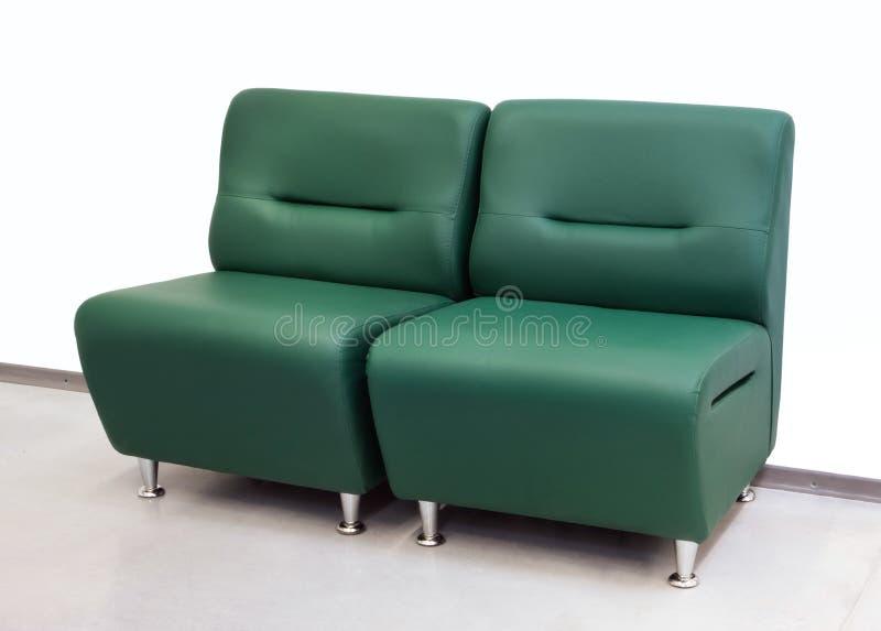 Double sofa vert en cuir pour le bureau photo stock