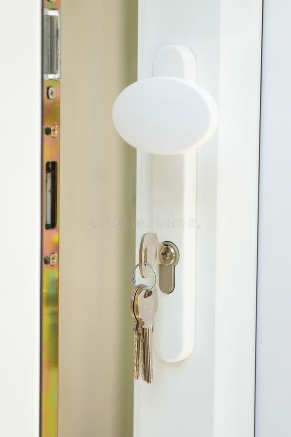 Double trappe glacée d'Upvc avec des clés dans le blocage photographie stock libre de droits