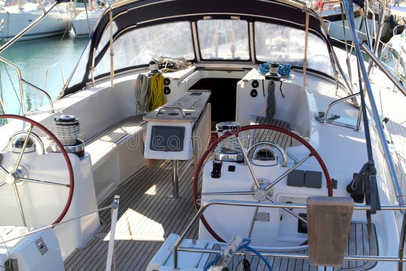 Double zone de paquet sévère de bateau à voiles de roue amarrée photo libre de droits