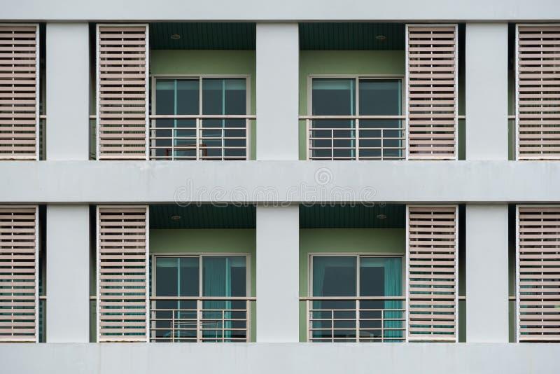 Doubles des fenêtres et balcons, logements, une partie du bâtiment vert photographie stock
