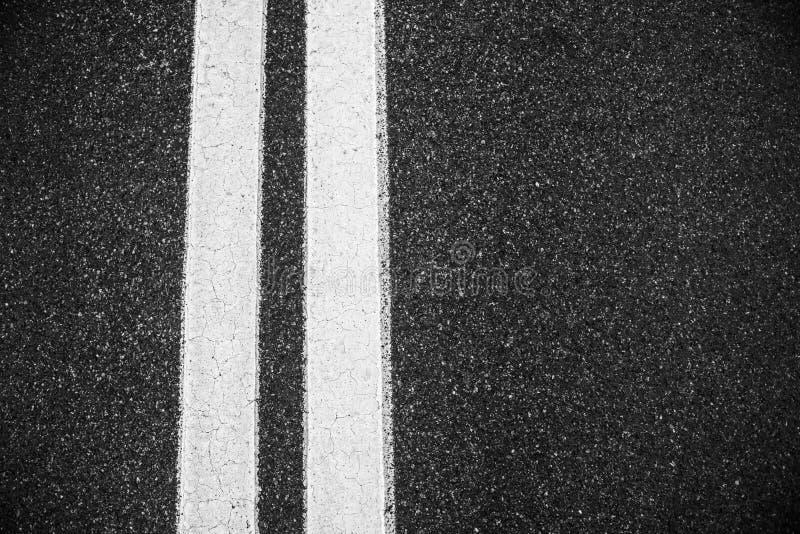 Doubles lignes blanches fond de route goudronnée photo stock