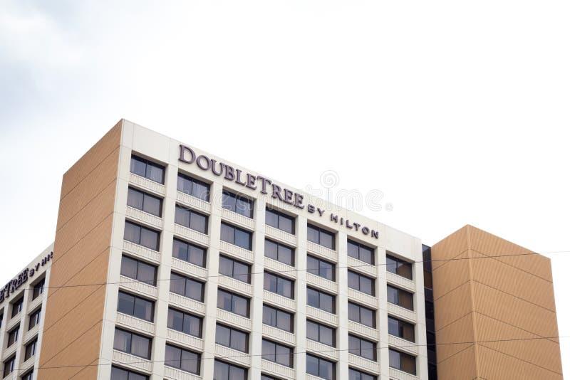 Doubletree hotelltecken och byggande fotografering för bildbyråer