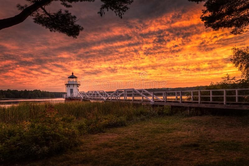 Doubling Point Lighthouse Walkway and Shoreline Sunset stockfoto