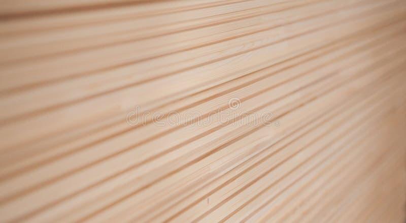 Doublure en bois pliée dans une scierie Panneaux empilés d'aulne comme texture photo libre de droits