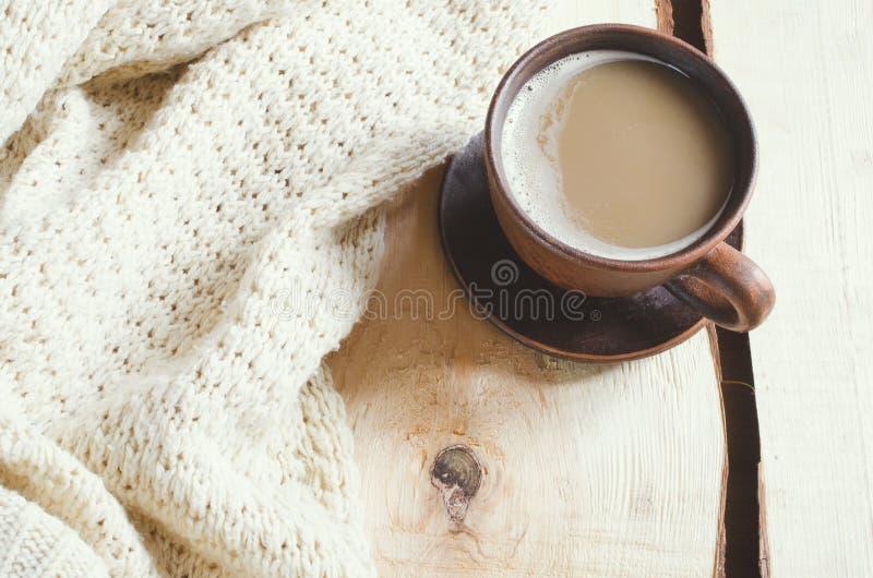 Doucement le blanc a tricoté le chandail et la tasse de cacao chaud sur un vieux conseil en bois Vacances confortables de Noël à  image stock