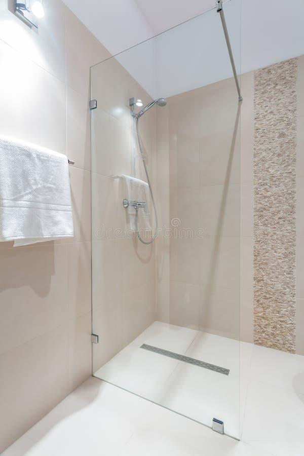 Douche avec la trappe en verre images stock