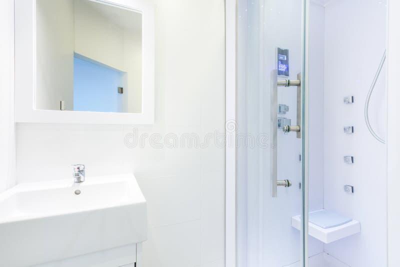 Douche avec la trappe en verre photo libre de droits