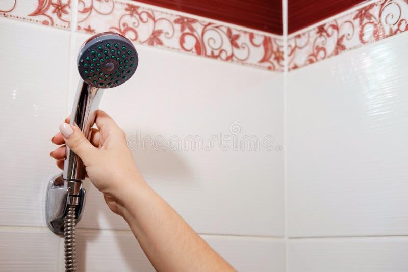 Douche in badkamers stock afbeeldingen