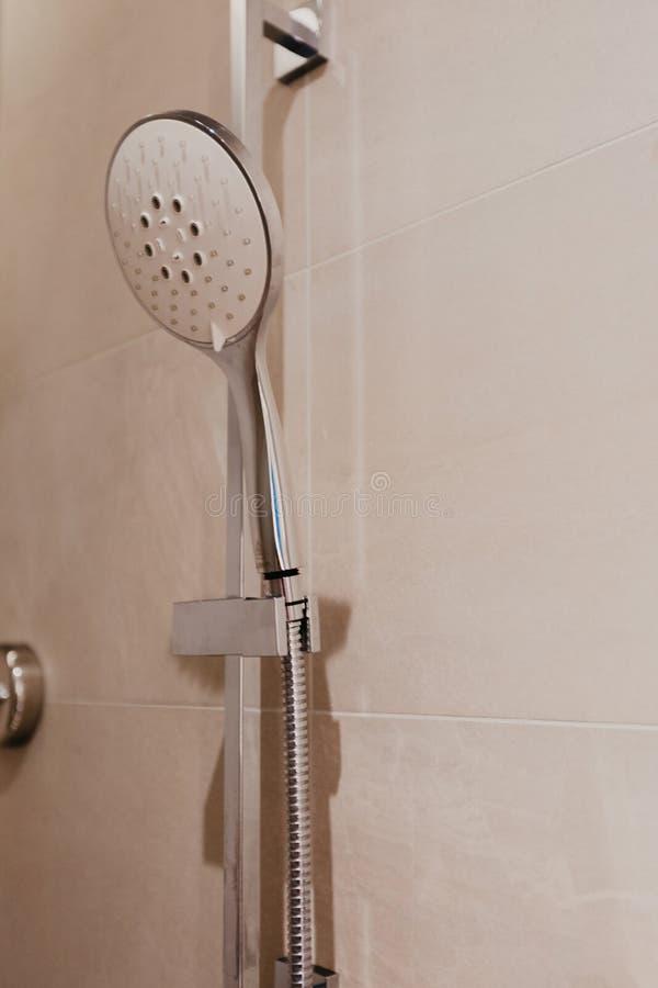 Douche in badkamersbinnenland - Beeld stock afbeeldingen
