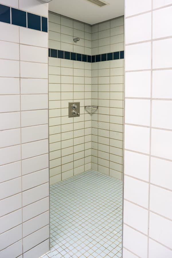 Douche communale dans le vestiaire d'une salle de gymnastique image libre de droits