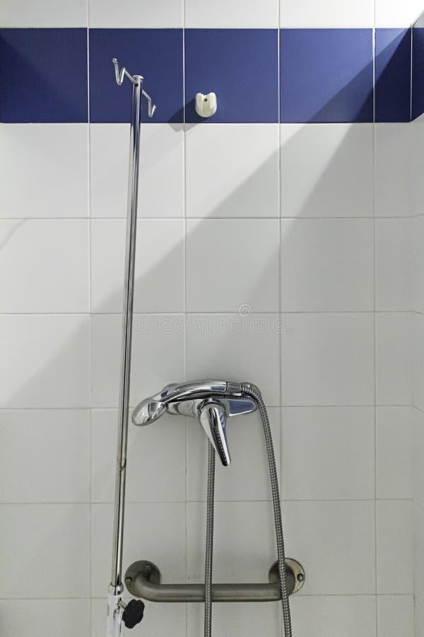 Douche dans la salle de bains photographie stock