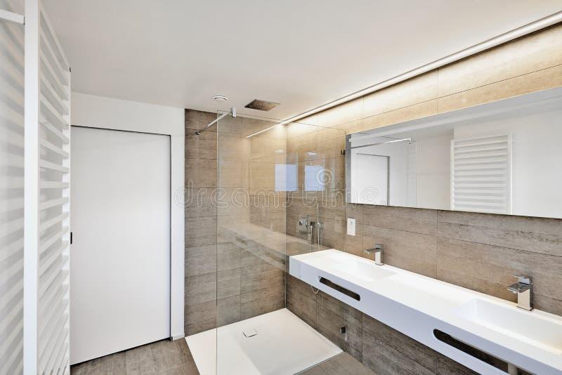Douche de luxe de maison de domaine de salle de bains images stock