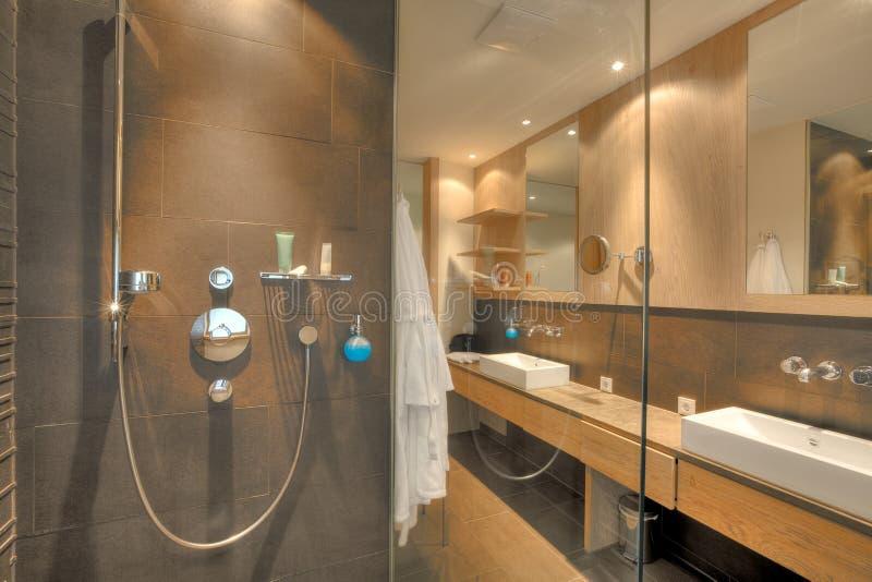 Douche In Een Mooie Badkamers Stock Foto - Afbeelding bestaande uit ...