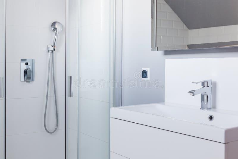 Douche et lavabo photographie stock libre de droits