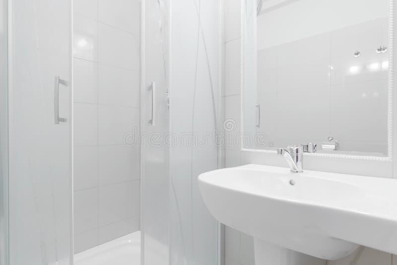 Douche et lavabo dans la salle de bains image stock