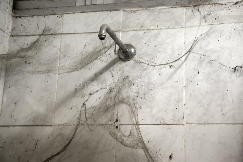 Douche et toiles d'araignée sales images stock