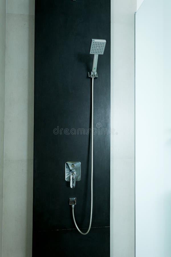 Douche moderne dans la salle de bains photographie stock libre de droits