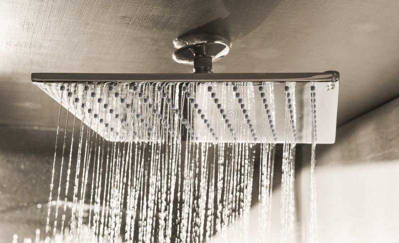 Douche moderne de plafond dans le monochrome photographie stock