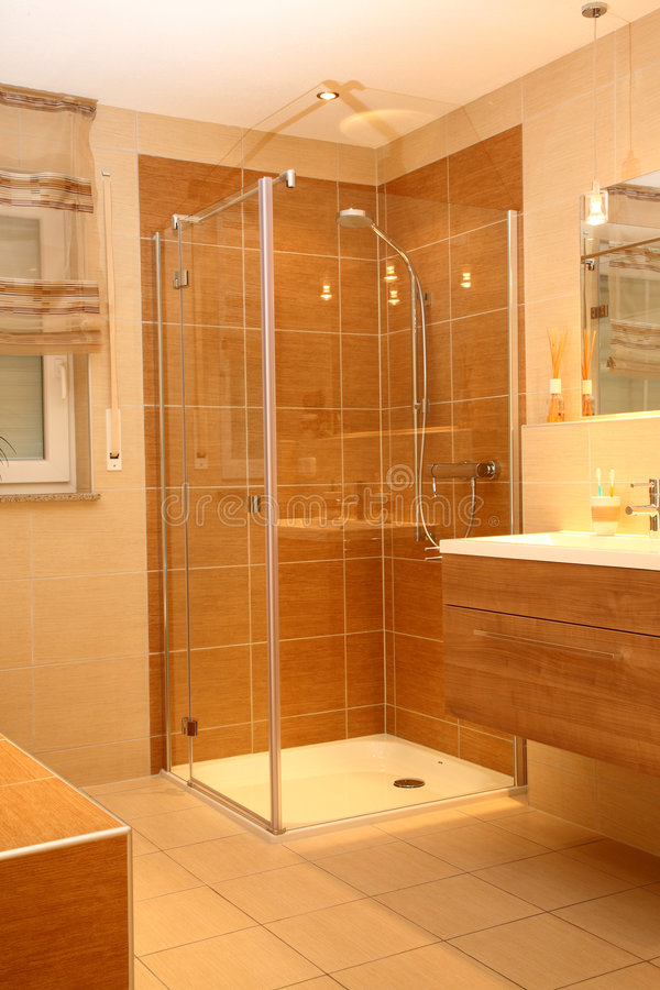 Douche moderne de salle de bains. image libre de droits