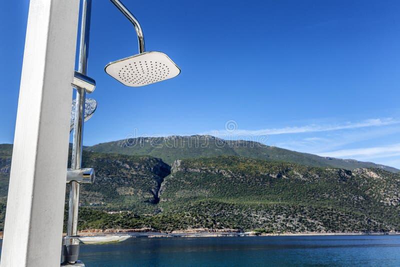 Douche moderne sur la plage Belle vue de la mer, des montagnes et du ciel bleu Station de vacances à la mode images libres de droits