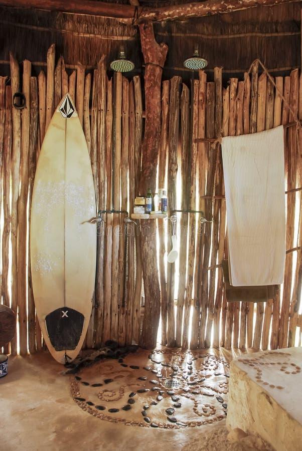 Douche na het surfen stock fotografie