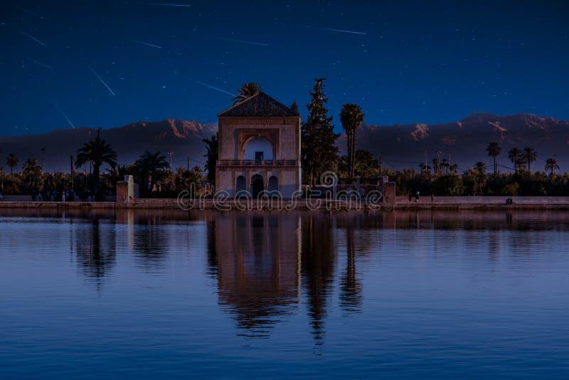 Douche Perseid MEteor dans les jardins de Menara à Marrakech, Maroc, Afrique image libre de droits