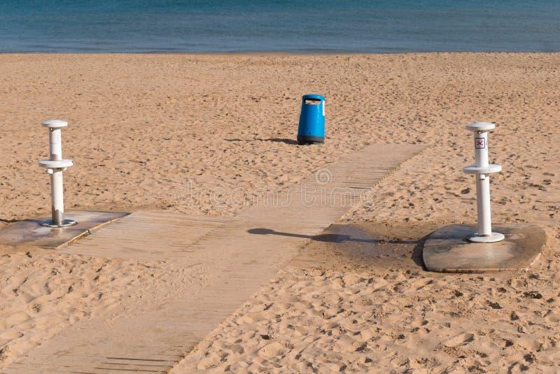 Douches pour se laver les pieds et pour enlever le sable sur la plage images stock